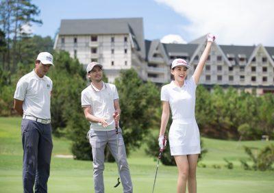 Hoa hậu Tiểu Vy thích thú trải nghiệm Golf lần đầu cùng SAM Tuyền Lâm