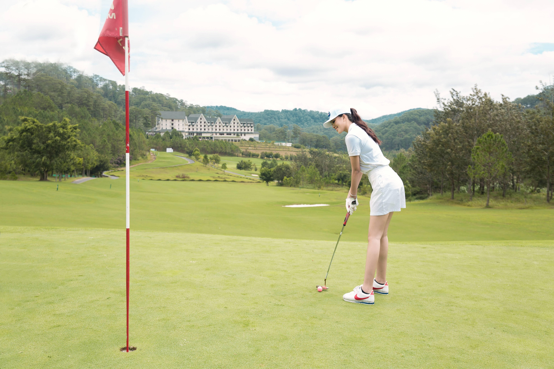 Tiểu Vy chọn nghỉ dưỡng và đánh golf tại SAM Tuyền Lâm Golf Club